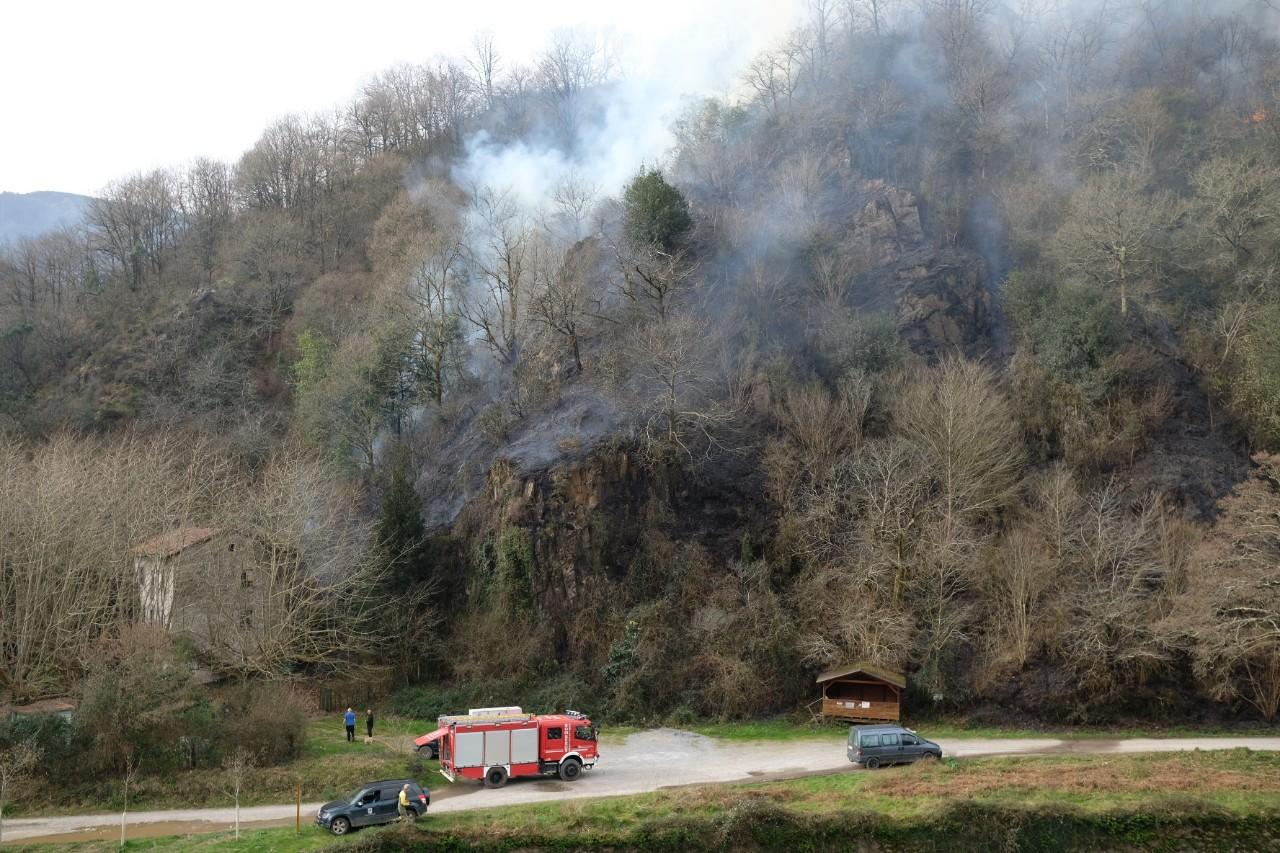 2021 0221 10365700 copy 1280x853 - El fuego arrasa 300 hectáreas en Gipuzkoa pero la previsión es mejor