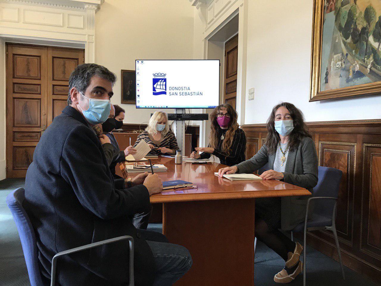 Reunión entre el equipo de Gobierno municipal y Elkarrekin Donostia. Foto. Ayto.