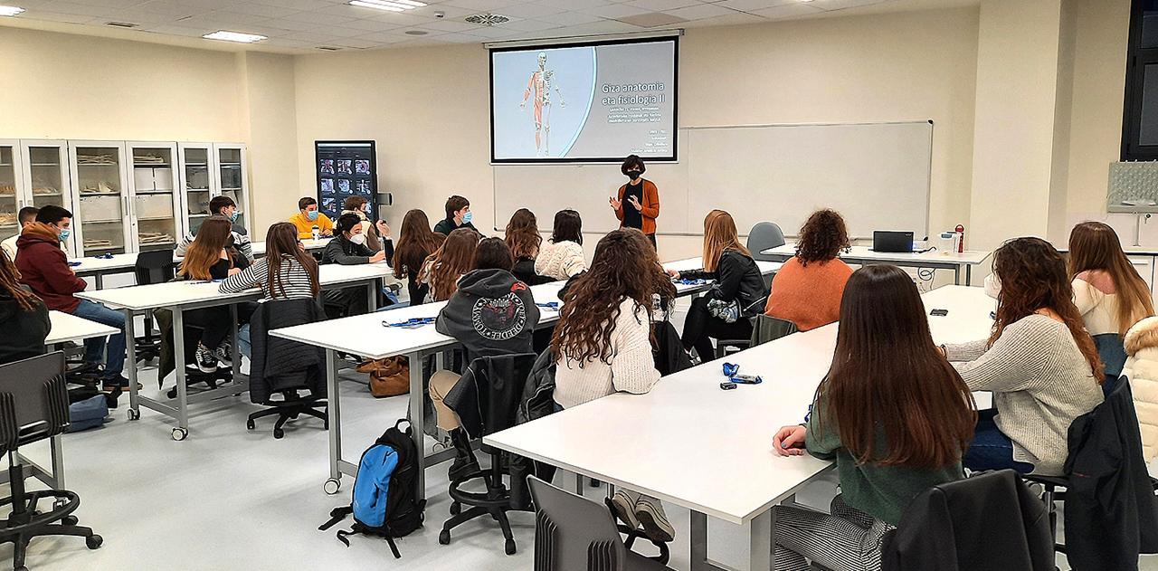 Estudiantes en el laboratorio de Anatomia 2