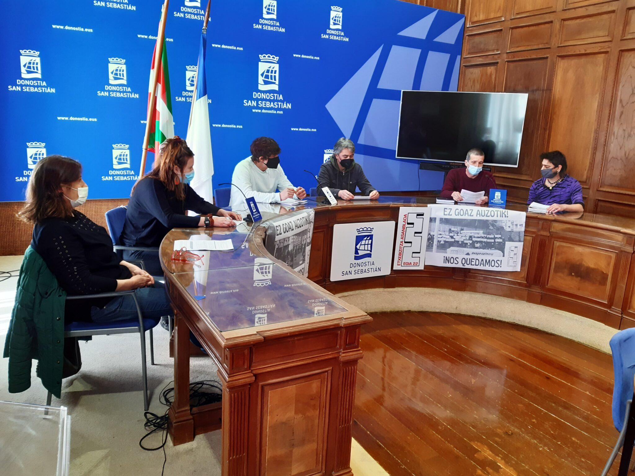 Afectados por la situación de los vecinos de Egia 22. Foto: EH Bildu