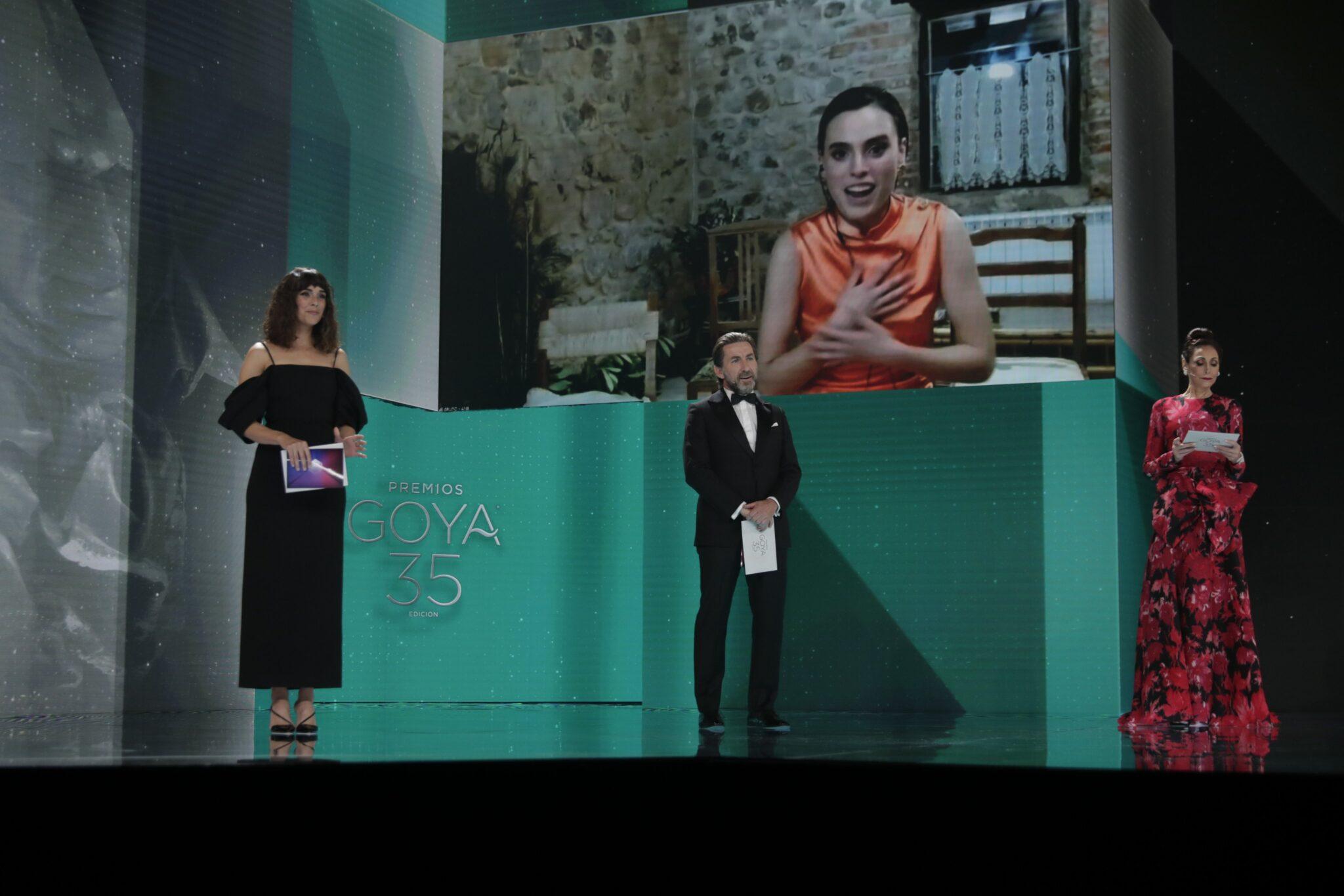 Momento en que Laspiur agradece a distancia el premio a quienes la han apoyado. Foto: Premios Goya