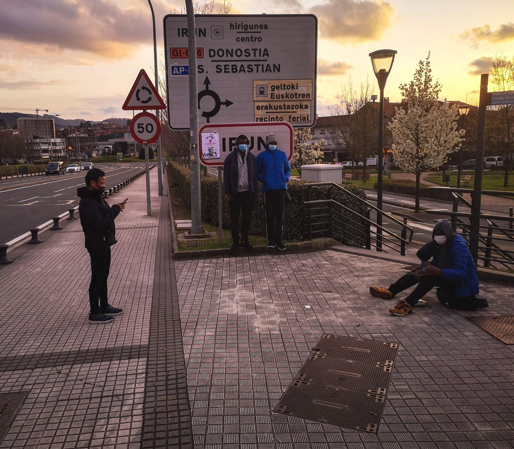 Imagen de marzo. Migrantes a la espera, en Irun, de poder pasar a Francia. Foto: Jon Pagola