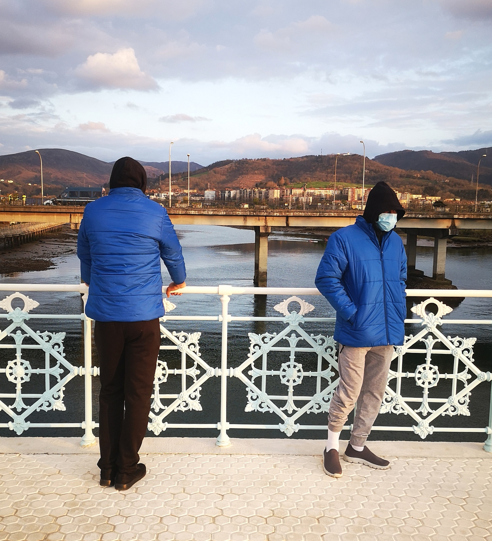 Imagen de archivo. Migrantes en Irun a la espera de pasar a Francia en marzo. Foto: Jon Pagola