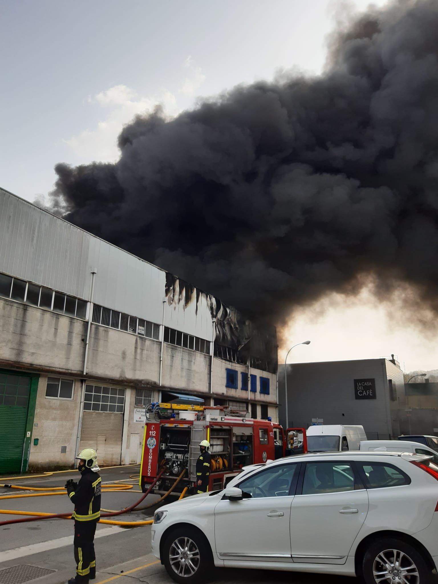 Oiartzun humo - Incendio en el polígono Ugaldetxo de Oiartzun