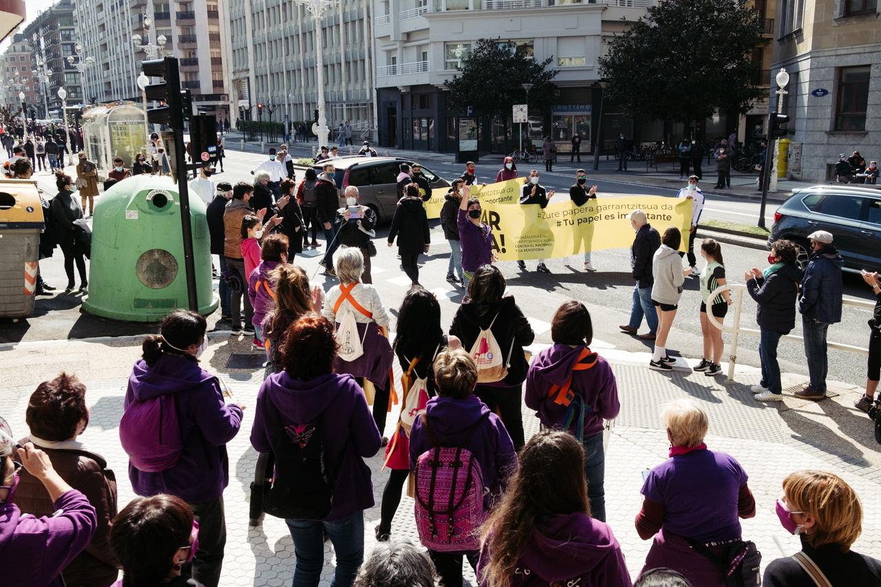 donostitik manifestacion antirracista 02 - La marcha contra el racismo denuncia en Donostia la indefensión de los 'sin papeles'
