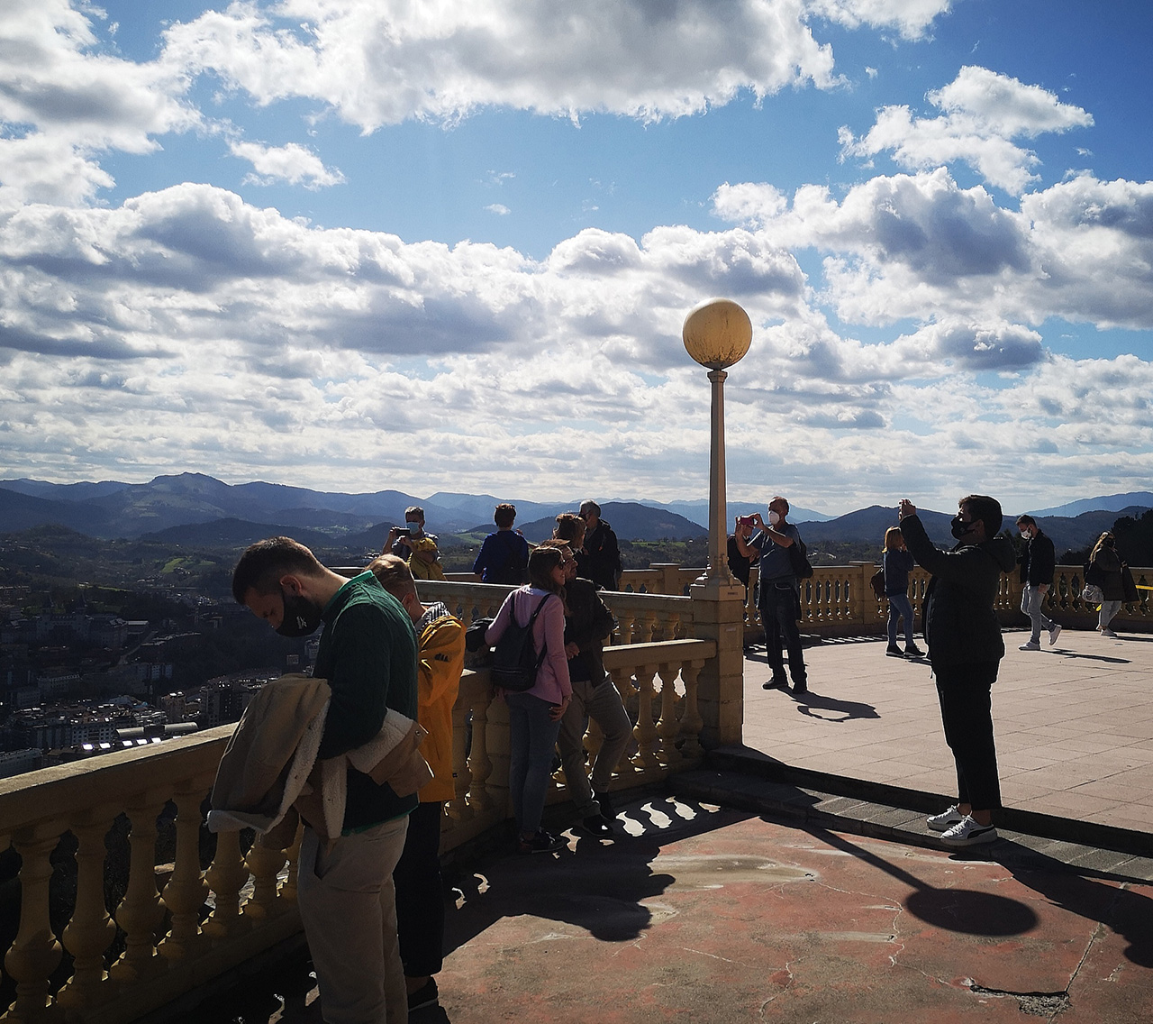 turistas igueldo - El Monte Igueldo resiste