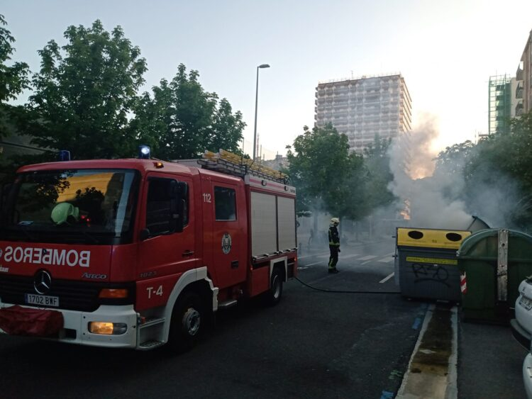 Extinción del fuego en un contenedor de la calle Ilunbe. Fotos: Santiago Farizano