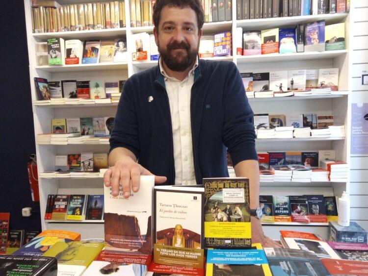Adolfo López Chocarro, presidente del Gremio de Librero de Gipuzkoa, en librería Zubieta. Fotos: A.E.