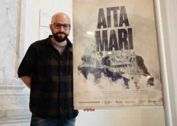 El director Javi Julio con el cartel de Aita Mari. Fotos: Santiago Farizano