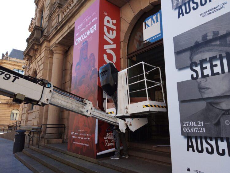 Montaje de los carteles del festival de series Crossover en el Koldo Mitxelena. Foto: A.E.