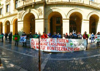 Imagen de la protesta de Naturkon hoy en la Diputación. Foto: Naturkon