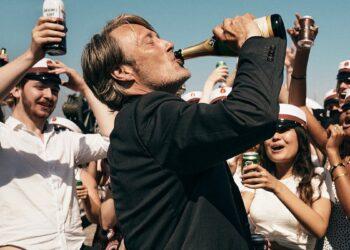 Mads Mikkelsen en la vibrante escena final de 'Otra ronda', de Thomas Vinterberg