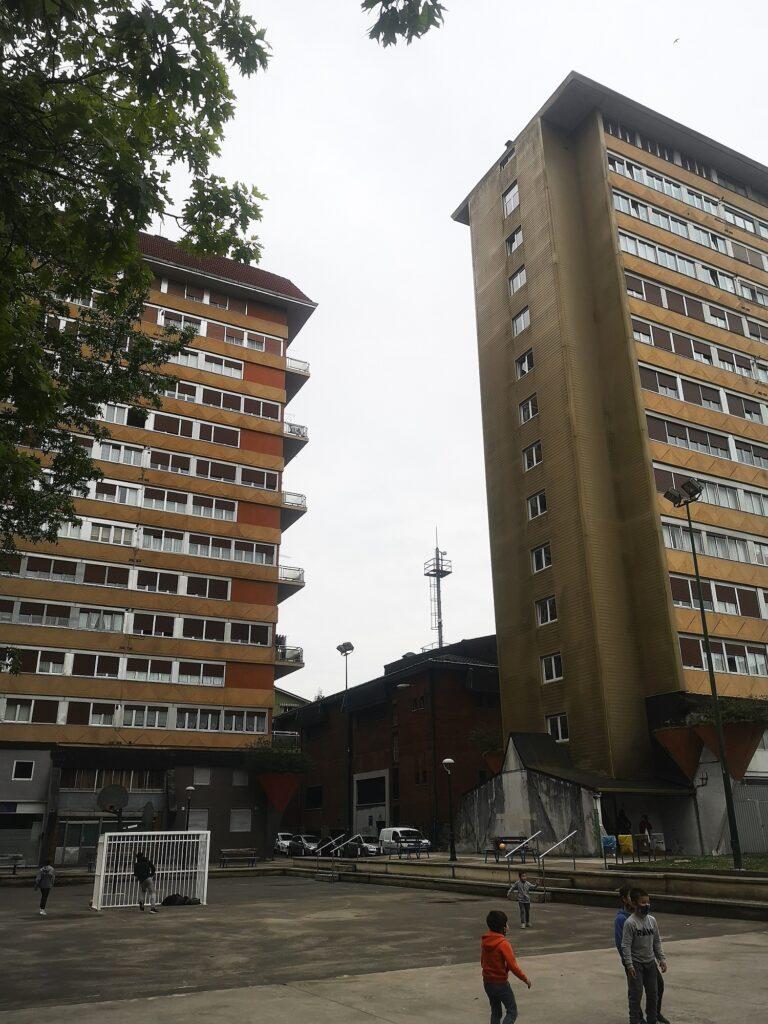 Sputnik tolosa torres patio 768x1024 - Los Sputnik de Tolosa, la arquitectura que salió de una nave espacial