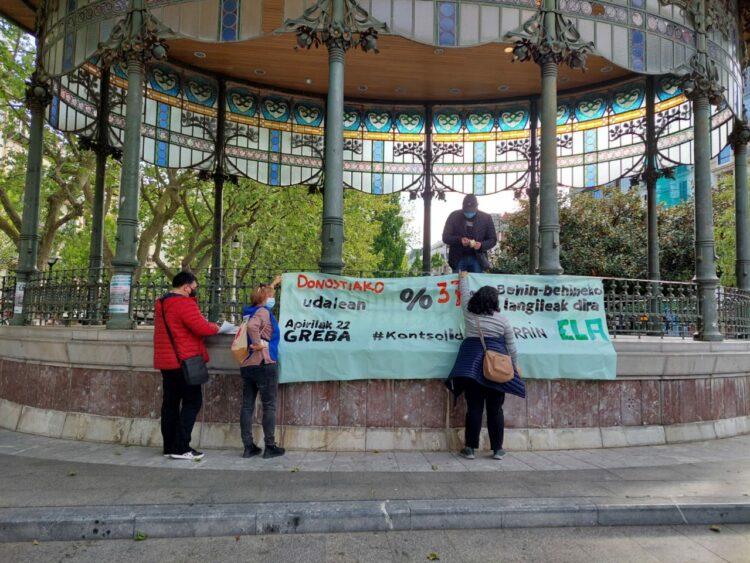 Imagen de los preparativos de la manifestación en Donostia. Foto: Ela sindikatua