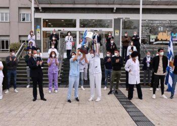 Felix Zubia y Leire Rubio levantan la Copa del Rey, hoy, en el Hospital Donostia. Foto: Real Sociedad