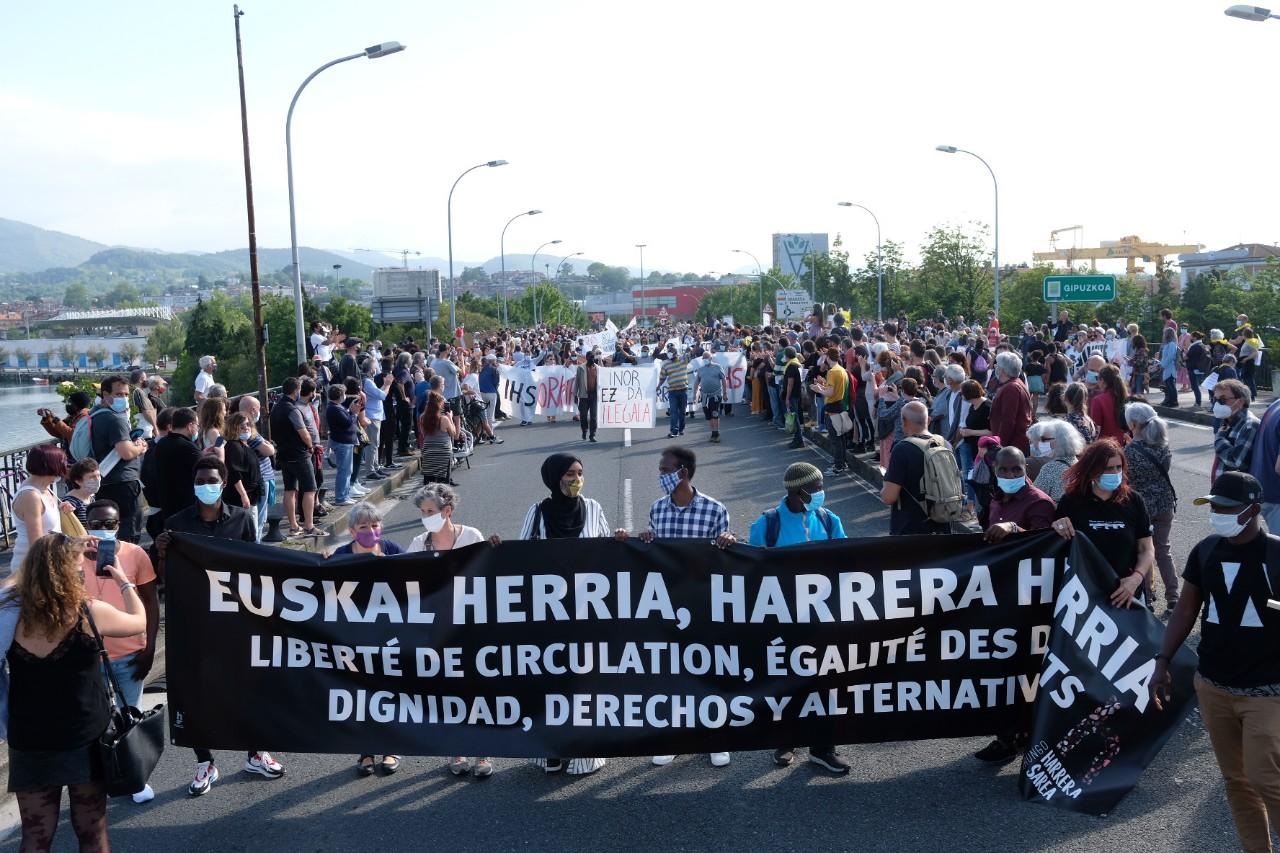 2021 0529 17180200 copy 1280x853 - Irun-Hendaya: Multitudinaria manifestación por los derechos de los migrantes