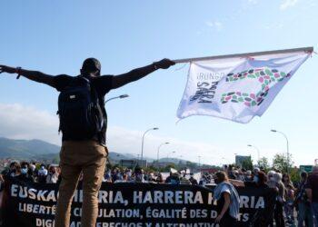 Manifestación por los derechos de los migrantes. Imagen del puente de Santiago. Fotos: Santiago Farizano