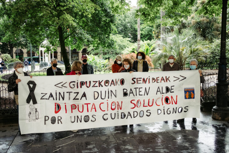 Protesta el pasado martes de Gipuzkoako Senideak frente a la Diputación. Foto: Santiago Farizano