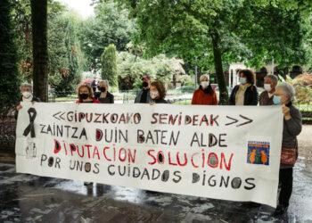 Concentración de Gipuzkoako Senideak ayer frente a la Diputación pidiendo más medios. Foto. Santiago Farizano