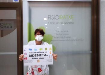 Iratxe, de FisioIratxe, una de las vecinas de Bidebieta que dan la cara por la kultur etxea. Fotos:
