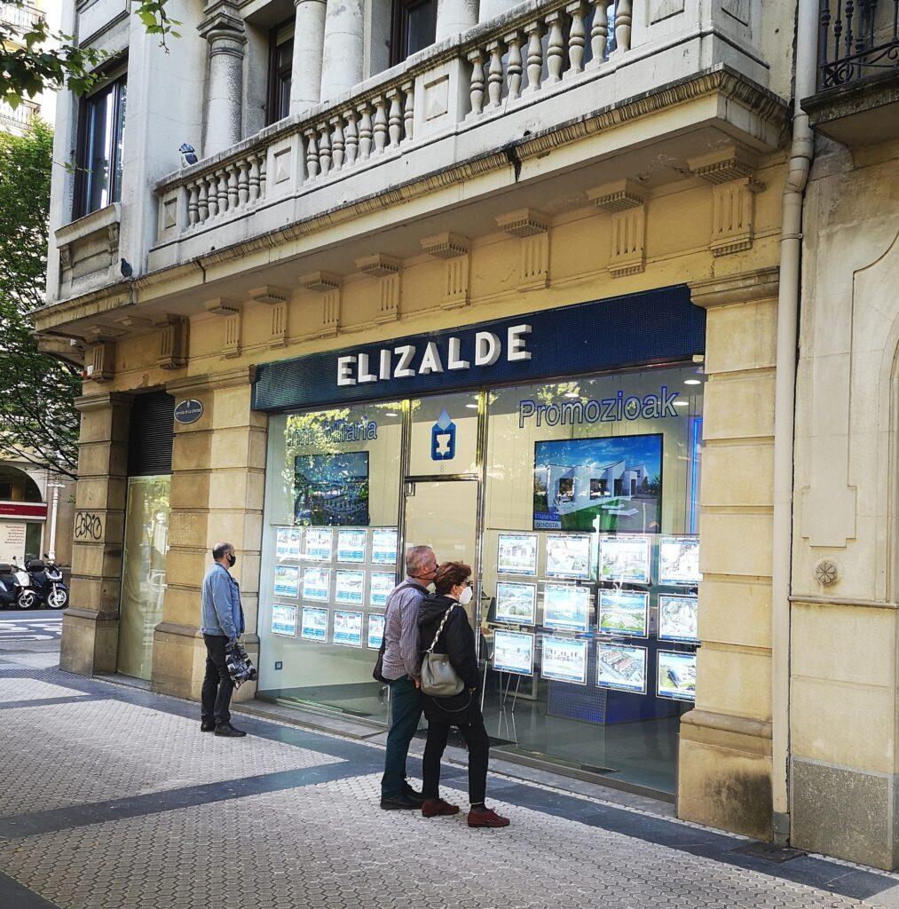 avenida tienda agencia 1013x1024 - La Avenida de la Libertad de Donostia, en venta