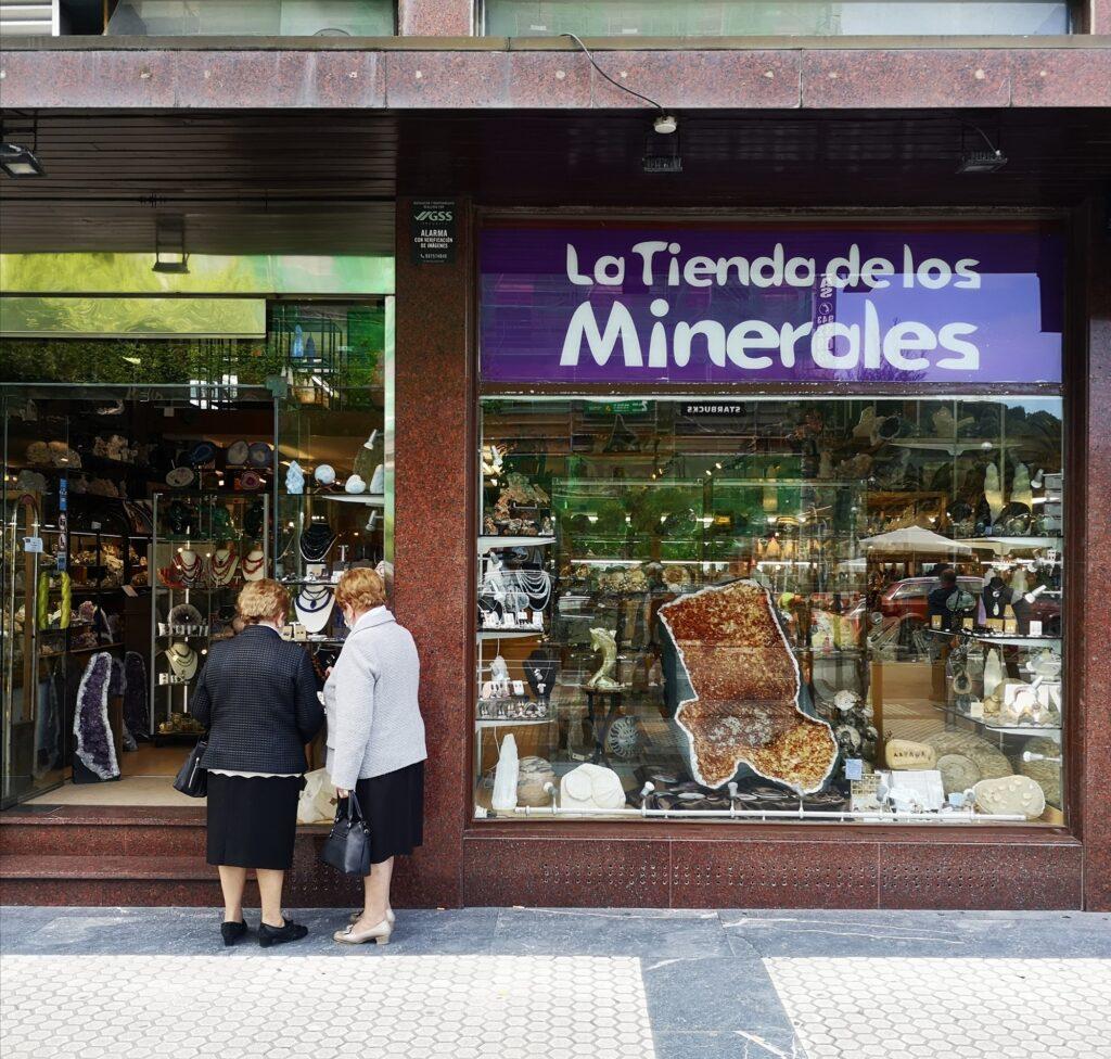 avenida tienda minerales 1024x976 - La Avenida de la Libertad de Donostia, en venta