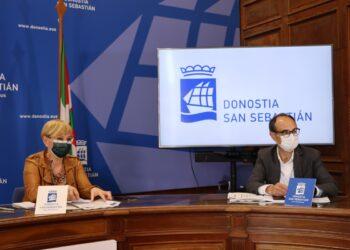 La concejala de Acción Social, Aitziber San Roman, y el director del departamento de Servicios Sociales Garikoitz Agote. Foto Ayto