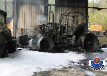 Uno de los vehículos quemados. Foto: Ertzaintza