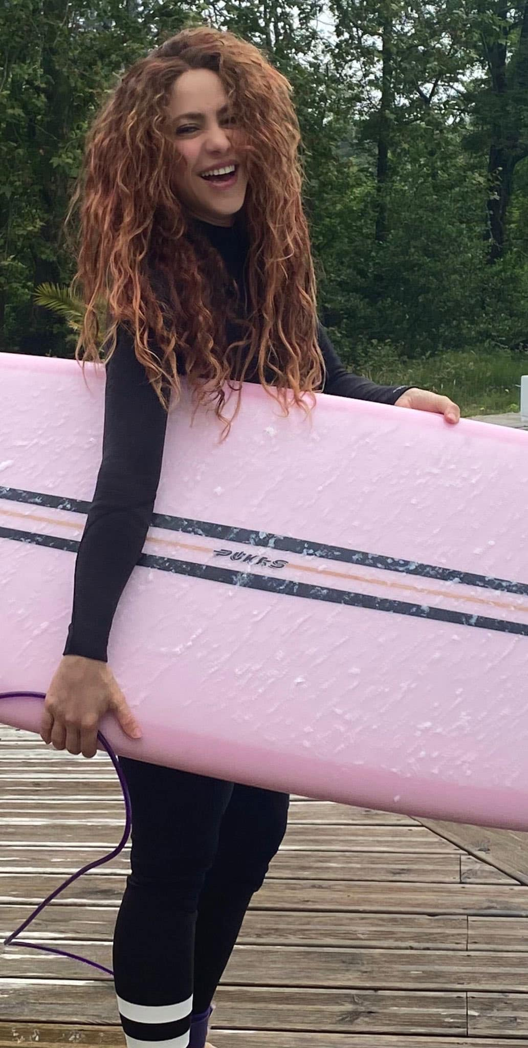 Shakira tabla Pukas copia - Shakira luce en un vídeo su estilo surfero en Aizarnazabal