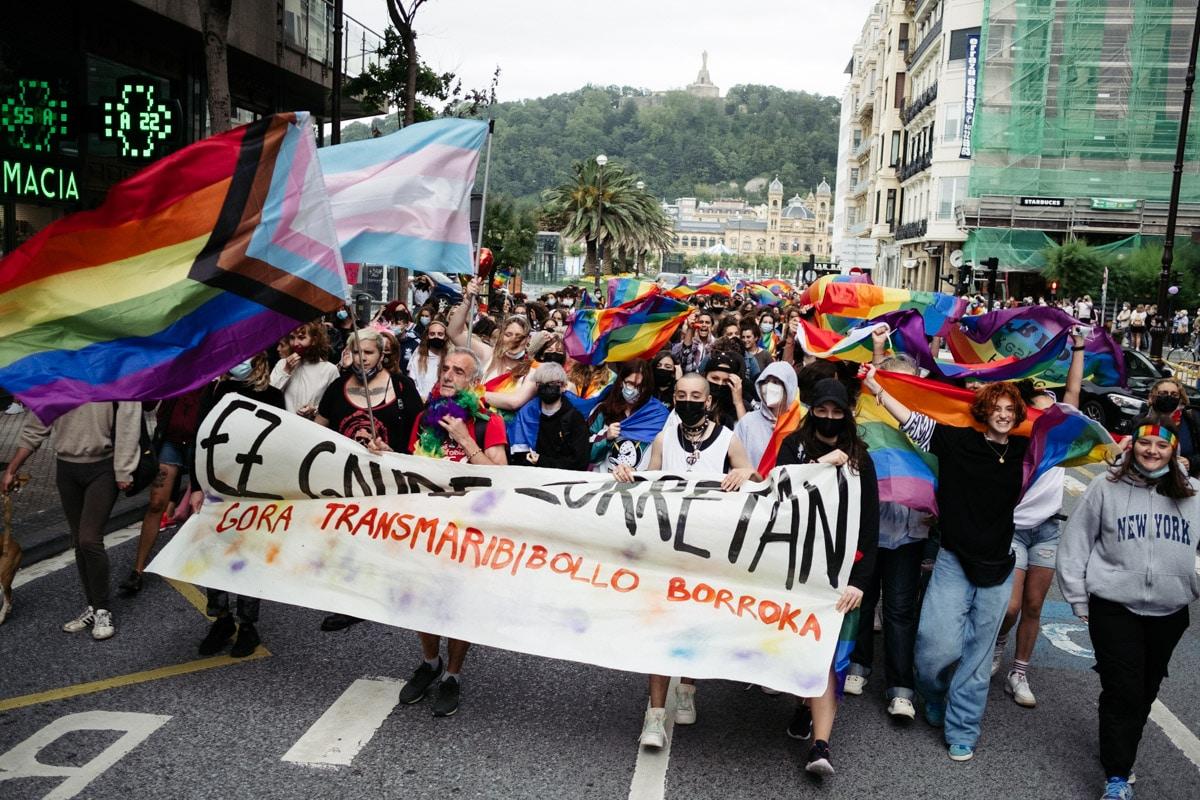 donostitik marcha lgtbi 01 - El Orgullo LGTBI+ congrega a más de un millar de personas en Donostia