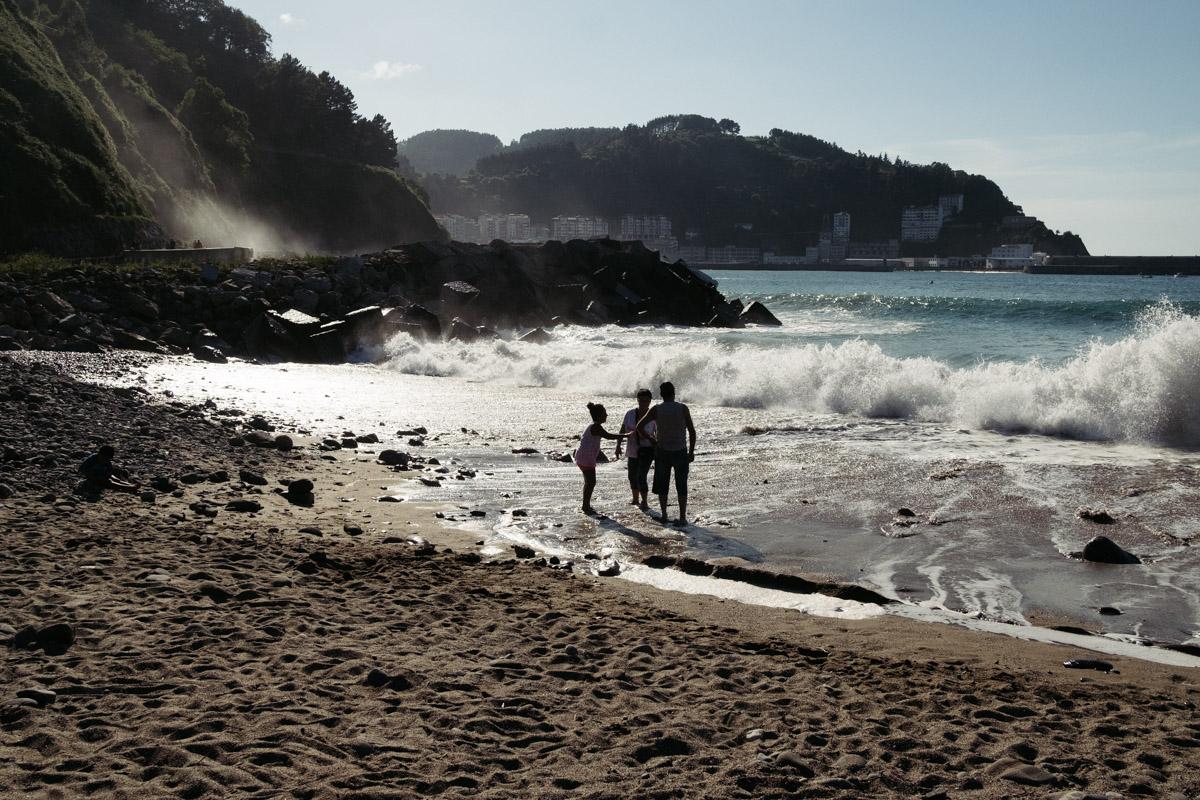 donostitik saturraran playa 02 - Mutriku. Playa de Saturraran, vistosos peñascos
