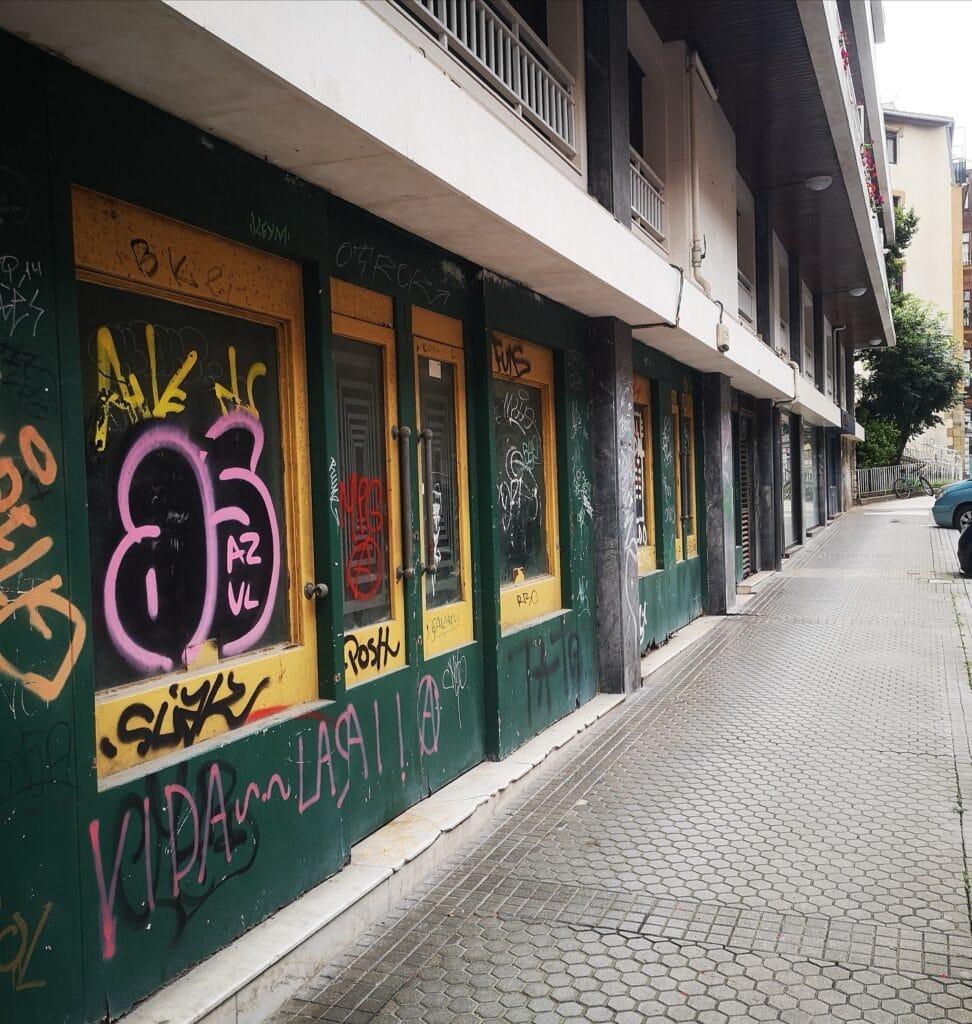 la zona san bartolome cine pub bar 972x1024 - San Bartolomé: el declive de la antigua Zona de Donostia