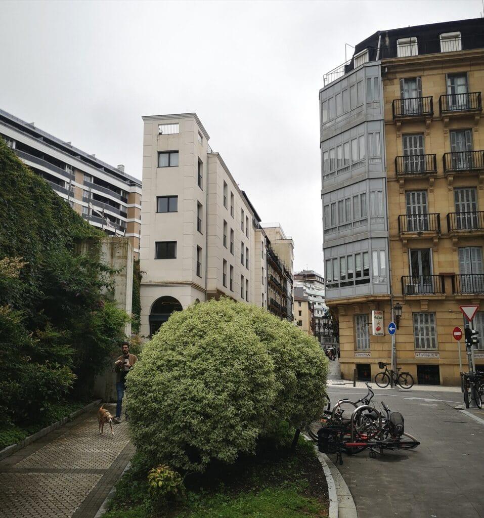 la zona san bartolome hotel 957x1024 - San Bartolomé: el declive de la antigua Zona de Donostia