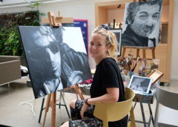 Ana Van der Heyden trabajando en el retrato de Calamaro en Kutxa Kultur. Fotos: Santiago Farizano