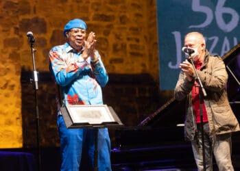 Chucho Valdés recoge el premio del Jazzaldia. Fotos: Santiago Farizano