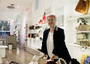 Estibaliz Tello en la tienda Calzados Tello en la calle Fuenterrabía. Foto: Santiago Farizano