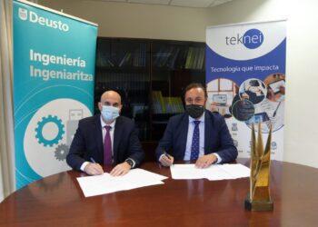 Asier Perallos, decano de la Facultad de Ingeniería de Deusto y Joseba Lekube, CEO de Teknei, firman el convenio. Foto: Deusto