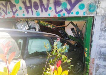 Imagen del coche empotrado en Martutene. Foto: DonostiTik