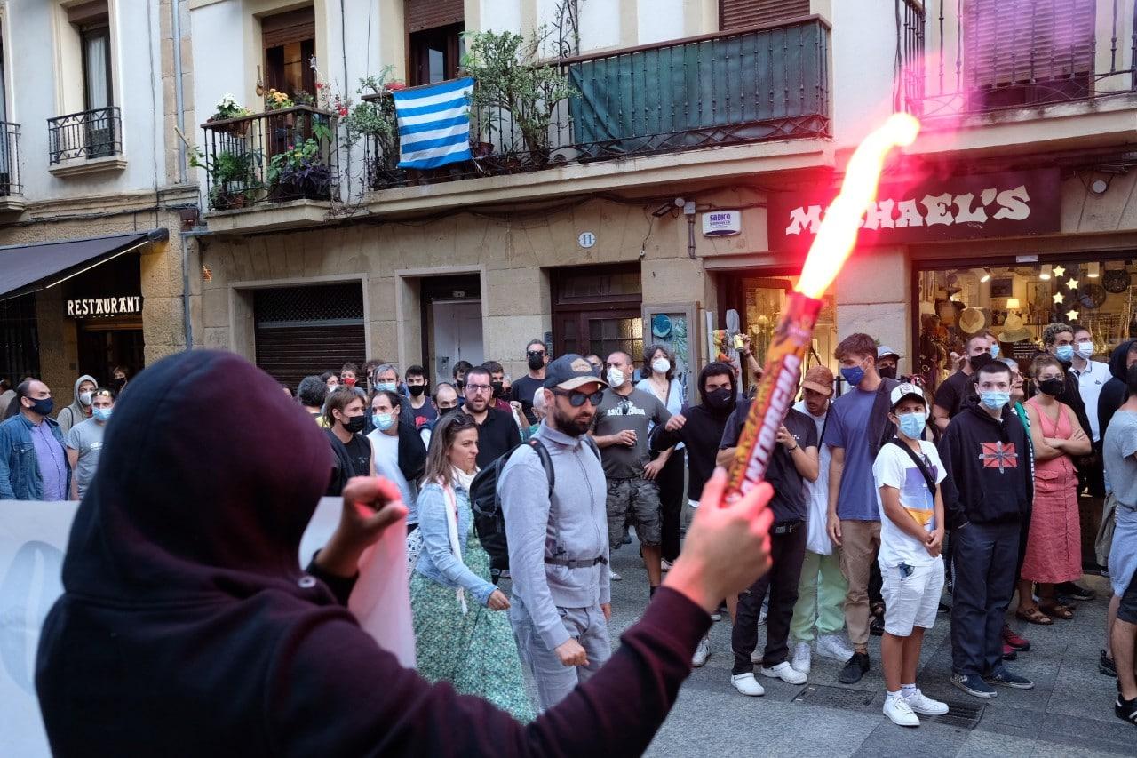 """2021 0828 19334200 copy 1280x853 - Manifestación contra """"el acoso policial"""" tras los desórdenes de las últimas noches en Donostia"""