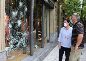 Nekane Arzallus y Martín Ibabe esta mañana ante un comercio afectado. Foto: Ayto