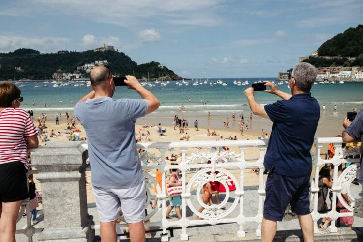 Visitantes disfrutando de la imagen de la playa de la Concha. Fotos: Santiago Farizano