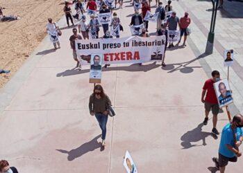 Movilización esta mañana en las playas por el acercamiento de los presos. Foto: Etxerat