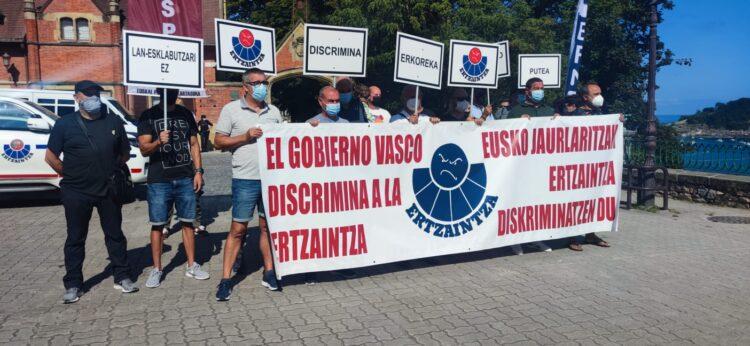 Concentración de los sindicatos de las policías vascas ErNE y EUSPEL. Foto: EUSPEL (vía twitter)