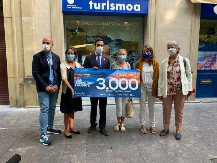 Entrega del cheque al viajero Donostia-Biarritz Nº 3.000. Foto: Gobierno vasco