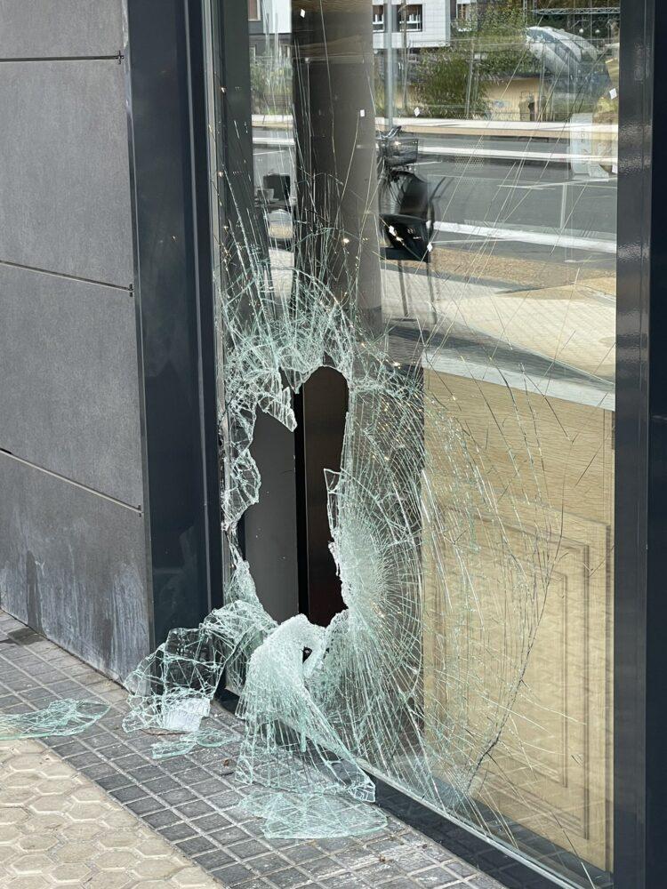 Cristal roto en la panadería de Txomin Enea. Foto vía twitter de Peio Godoy