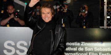 Raphael a su llegada hoy a Donostia. Foto. Santiago Farizano