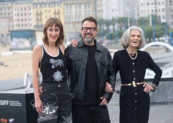 Paco Plaza con las dos protagonista de 'La abuela' en el Festival de San Sebastián. Fotos: Santiago Farizano
