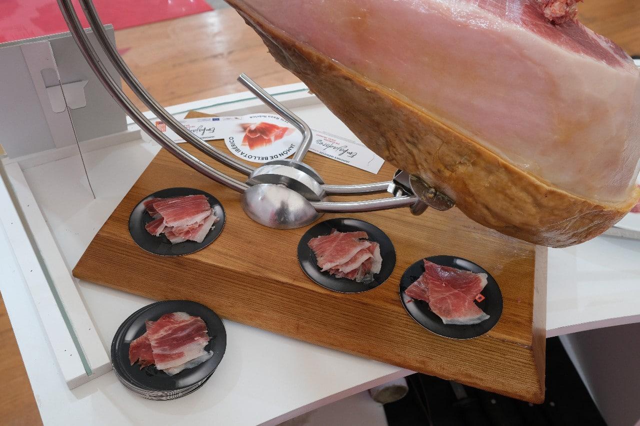 2021 0924 12120300 copy 1280x853 - ASICI regala un jamón ibérico a Karra Elejalde en el Festival de San Sebastián