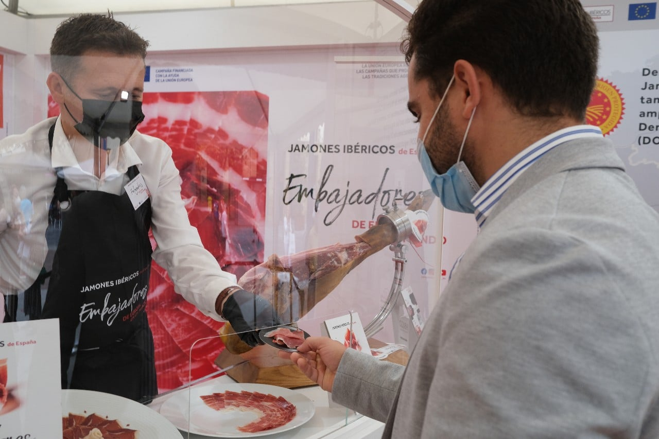 2021 0924 12132900 copy 1280x853 - ASICI regala un jamón ibérico a Karra Elejalde en el Festival de San Sebastián
