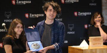 Jonás Trueba recibe el Premio Feroz Zinemaldia por 'Quién lo impide'. Fotos: Santiago Farizano